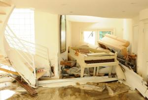 Zerstörung nach einem Hochwasser im Inneren einer Wohnung